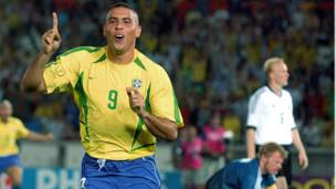रोनाल्डो (1994, 1998, 2002, 2006- 15 गोल)
