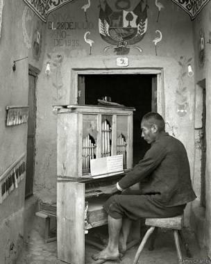 Organista en la capilla de Tinta, Sicuani, Cusco, 1935, Martín Chambi
