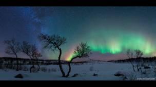 Aurora y la Vía Láctea por Rune Johan Engebo