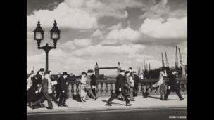 (Imagen: Una noche ventosa en el puente de Londres, 1937.  Henry Turner).