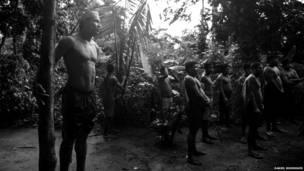 Indígenas reunidos en la jungla (Daniel Rodrigues)