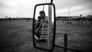 Gente del pueblo observa un entrenamiento (Daniel Rodrigues)