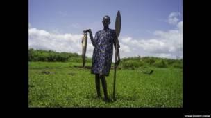 Un pêcheur prend la pose devant le Nil, Mingkaman,Etat de Lakes Soudan du Sud
