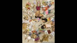 Michael, Jason, Annie y Olivia rodeados de su basura de siete días, en Pasadena, California (EE.UU.).