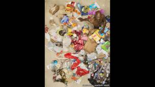 John rodeado de la basura producida en siete días, en Pasadena, California (EE.UU.).