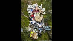 Milt junto a su basura de siete días, en Pasadena, California (EE.UU.).