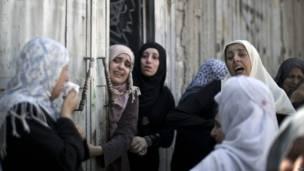 En la imagen, familiares lloran en el funeral de Rani Abu Tawila, muerto en los ataques este viernes. Crédito: AFP.