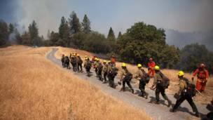 """Bomberos avanzan para combatir las llamas del """"Incendio de Arena"""". REUTERS"""