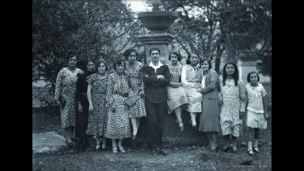 Sady González Moreno en medio de un grupo de mujeres. (Años 30). Archivo fotográfico de Sady González, Biblioteca Luis Ángel Arango.