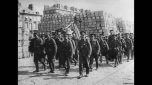 Soldados británicos se dirigen a Serbia desde Grecia.