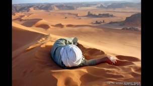Un Descanso Bien Ganado en el Sahara, de Evan Cole