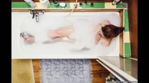 Foto de una mujer bañándose, por Florian Beaudenon