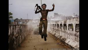 Combatiente liberiano de Testamento. Foto: Chris Hondrus/Getty Images