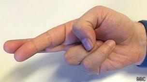 Mano cruzando los dedos