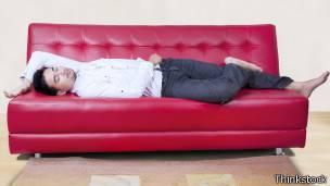 Hombre acostado en un sofá