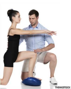 Una joven entrenando con ayuda de un especialista