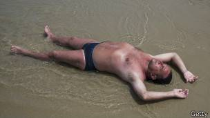 Hombre expuesto al sol en la playa