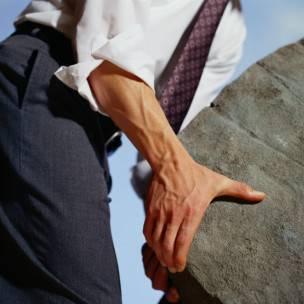 Un trabajador levanta una piedra
