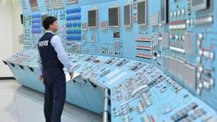 Un trabajador participa en una simulación de ataque cibernético en una central de Corea del Sur. El personal de las plantas no está preparado para ello, según el informe.
