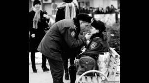 زوجين من الشرطة للمصور أرمين دولوخانيان