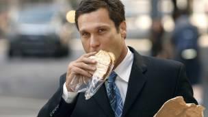 Hombre comiendo sandwich
