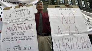 Un manifestante opuesto a la legalización de la marihuana.