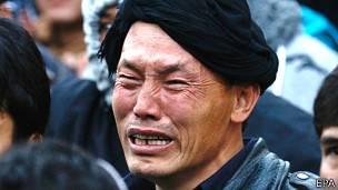 Hombre llorando durante la marcha en Kabul por el asesinato de siete civiles de la minoría Hazara