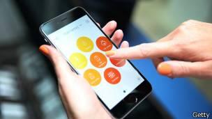 La tradicional forma rectanguar de los teléfonos celulares dará paso a formas más diversas y flexibles.