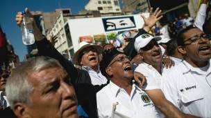 Manifestantes de la oposición celebran en los alredeores de la Asamblea Nacional.