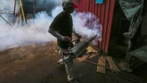 Fumigación contra el mosquito Aedes.