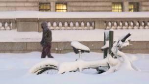Un hombre camina cerca de la Librería Pública de Nueva York.