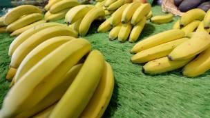 Bananas en un mercado en Nantes, Francia.
