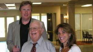 Donald con los autores del libro (y de este artículo), John Donvan y Caren Zucker.