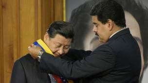 Maduro homenajea a Jinping en el Palacio Miraflores en 2014.