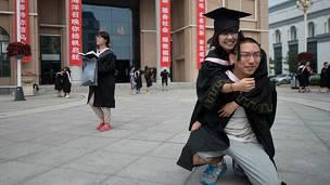 Una graduanda china se toma una fotografía