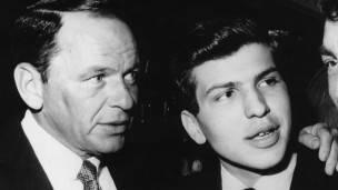 Frank Sinatra junto a su hijo, Frank Sinatra Jr, en 1963