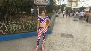 Una muchacha usa un atuendo de pies a cabeza con la bandera de EE.UU.