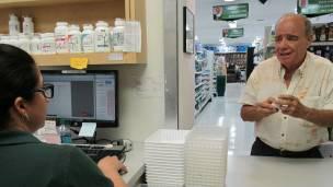 Las farmacias en EE.UU. también aceptan que un tercero lleve la receta médica original personalmente.