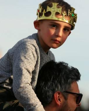 Un niño con una corona durante el entierro de Ricardo III