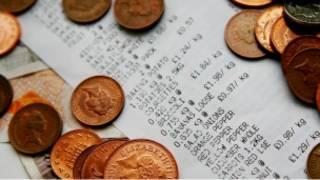 英镑硬币与收据