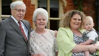Robert Edwards con su familia