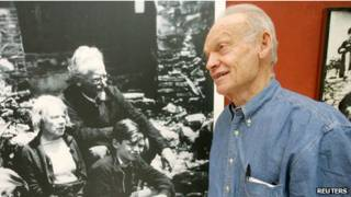 Esteban Volkov, nieto de Leon Trotsky frente a una foto de familia