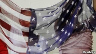 Figuras detrás de la bandera de EE.UU.