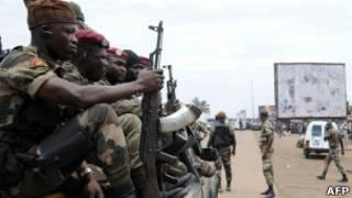 Des sodats ivoiriens contrôlant la route menant au Ghana depuis la capitale en septembre 2012.