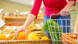Mujer comprando verduras