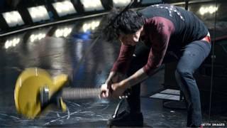 Hombre rompiendo guitarra