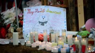 Свечи и рисунки в память погибших детях