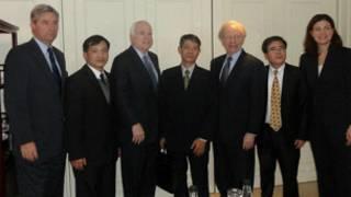 Ông John McCain có dịp tiếp xúc giới bất đồng chính kiến tại VN
