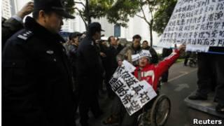 Manifestante detenido frente al Southern Weekly