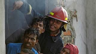 Bomberos en Bangladesh